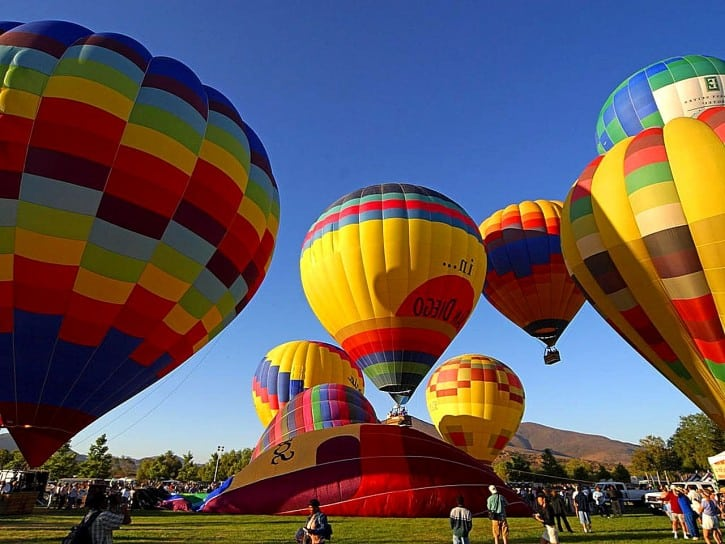 hot-air-balloons-on-ground_